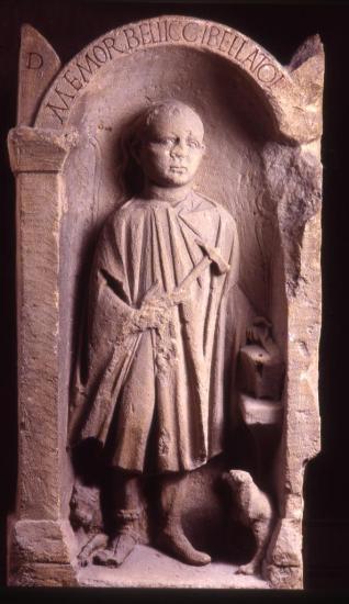 bellicus-vestige-de-l-epoque-romaine-pierre-de-base-des-remparts-jp-elie.jpg