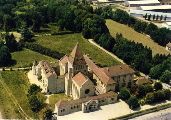 depuis-2006-le-monastere-des-dominicaines-est-occupe-par-la-famille-missionnaire-de-notre-dame-coll-b-brousse-studio-allix.jpg