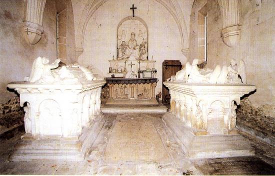 gisants-a-l-interieur-de-la-chapelle-funeraire-coll-m-soubirous.jpg