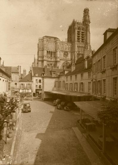 l-hotel-de-l-ecu-tel-qu-il-existait-jusqu-en-1965-au-fond-la-rue-de-la-republique-fond-pissot-bis.jpg
