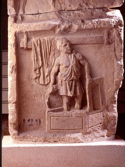 le-foulon-sculpture-romaine-ayant-ete-utilisee-pour-la-construction-du-mur-d-enceinte-jp-elie.jpg